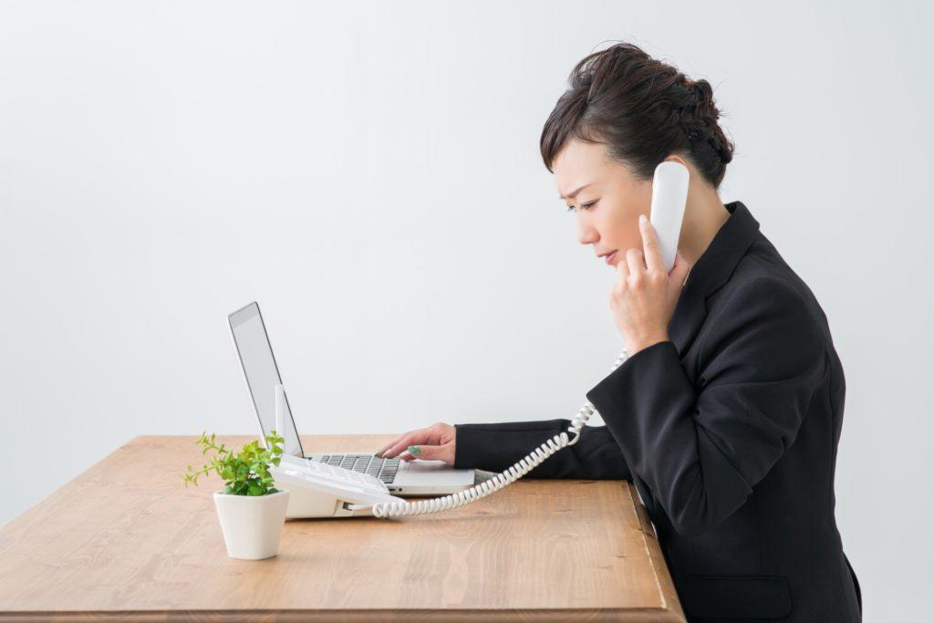 電話でクレーム対応をする女性のイメージ